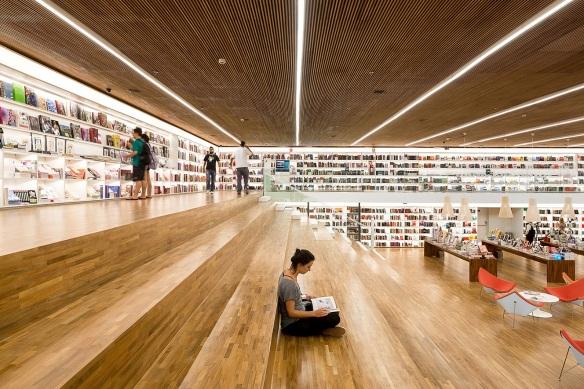 53bcdf9ec07a80a343000426_cultura-bookstore-studiomk27_mk27_livraria_cultura_fernando_guerra-30-