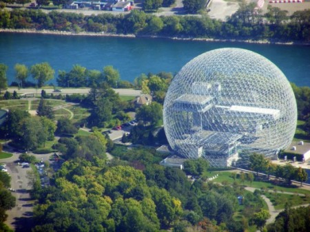 5541951ee58ece706c00035d_the-architectural-lab-a-history-of-world-expos-_546a753be58ecea75a00002f_ad-classics-montreal-biosphere-buckminster-fuller_abd-530x397