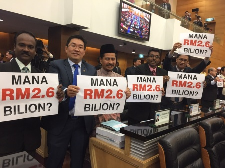 opposition_2.6_billion_placards_dewan_rakyat_budget_2016_steven_sim_pic_231015