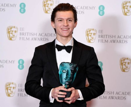 bafta-winner-tom-holland-meets-andrew-garfield-nabbed-spiderman-job-828086